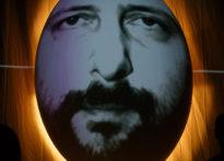 Twarz mężczyzny wyświetlona w jajowatym kształcie