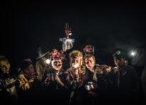 Aktorzy oraz kukła stojący na ciemnym tle oświetlani światłem kilku latarek. Od lewej: Elżbieta Wegrzyn, Paweł Siwiak, Barbara Krasińska, Kornelia Trawkowska, Konrad Cichoń, Jakub Papuga, Sylwia Zajkowska.