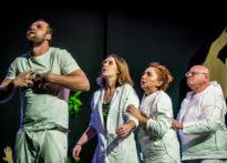 Aktorzy stojący na scenie w różnych pozach- zdjęcie zbiorcze