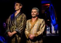 Dwóch aktorów o znacznej różnicy wzrostu ubranych w elegancie szlafroki. Na zdjęciu Mateusz Wiśniewski oraz Piotr Dąbrowski
