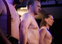 Trzech aktorów z gołymi torsami. Na zdjęciu Jakub Papuga, Piotr Kaźmierczak oraz Przemysław Chojęta
