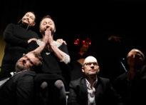 Troje aktorów ubranych na czarno w towarzystwie Kwartetu. Na zdjęciu: Elżbieta Węgrzyn, Jakub Papuga, Sylwia Achu oraz kwartet.