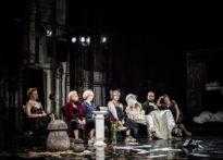 Aktorzy siedzący na scenie- zdjęcie zbiorowe