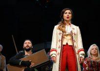 aktorzy stojący na scenie- zdjęcie zbiorcze