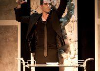 Ubrany na czarno Piotr Dąbrowski w scenie ze spektaklu Dr@cula. Vagina Dentata
