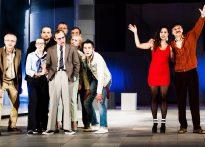 Zdjęcie grupowe ze spektaklu Piszczyk - siedmiu aktorów oraz trzy aktorki na scenie