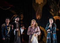 Aktorzy stojący na ciemnym tle. Od lewej Konrad Cichoń, Jakub Papuga, Kornelia Trawkowska oraz Piotr Kaźmierczak