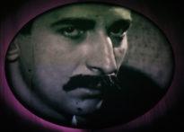 Zdjęcie mężczyzny z wąsem wyświetlane w jajowatym kształcie