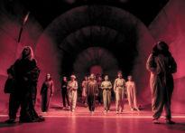 Zdjęcie aktorów i chóru na scenie- zdjęcie zbiorcze
