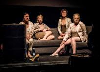 Cztery kobiety siedzące na kanapie
