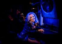Siedząca przy lustrze aktorka z szerokim uśmiechem. Na zdjęciu Barbara Prokopowicz
