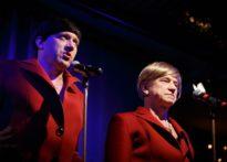 Aktorzy przebrani za kobiety w czerwonych kostiumach. Na zdjęciu Piotr Kaźmierczak oraz Wiesław Zanowicz