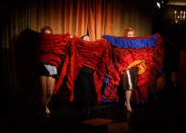 Trzy aktorki podnoszące kolorowe spódnice od flamenco do góry. Na zdjęciu Agnieszka Findysz, Elżbieta Węgrzyn oraz Kornelia Trawkowska