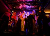 Ośmioro aktorów na scenie śpiewających piosenkę, Na zdjęciu Przemysław Chojęta, Kornelia Trawkowska, Jakub Papuga, Piotr Kaźmierczak, Wiesław Zanowicz, Elżbieta Węgrzyn, Agnieszka Findysz, Sylwia Achu.