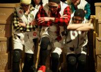 Aktorzy tańczący wśród kartonów