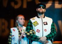 Kobieta i mężczyzna stojący pod rękę na scenie