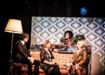 Trzech siedzących aktorów i jedna aktorka stojąca z bukietem czerwonych róż w ręce. Na zdjęciu: Marcin Czarnik, Barbara Krasińska, Barbara Prokopowicz oraz Joanna Drozda