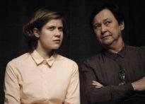 Dwie aktorki siedzące na krzesłach. Na zdjęciu Monika Roszko oraz Małgorzata Peczyńska