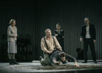 Aktor klęczący za drugim uciekającym aktorem, w tle pozostali aktorzy