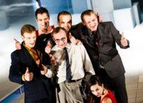 Zdjęcie zbiorowe aktorów stojących na scenie