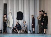 Aktorzy w różnych pozach na scenie - zdjęcie zbiorcze