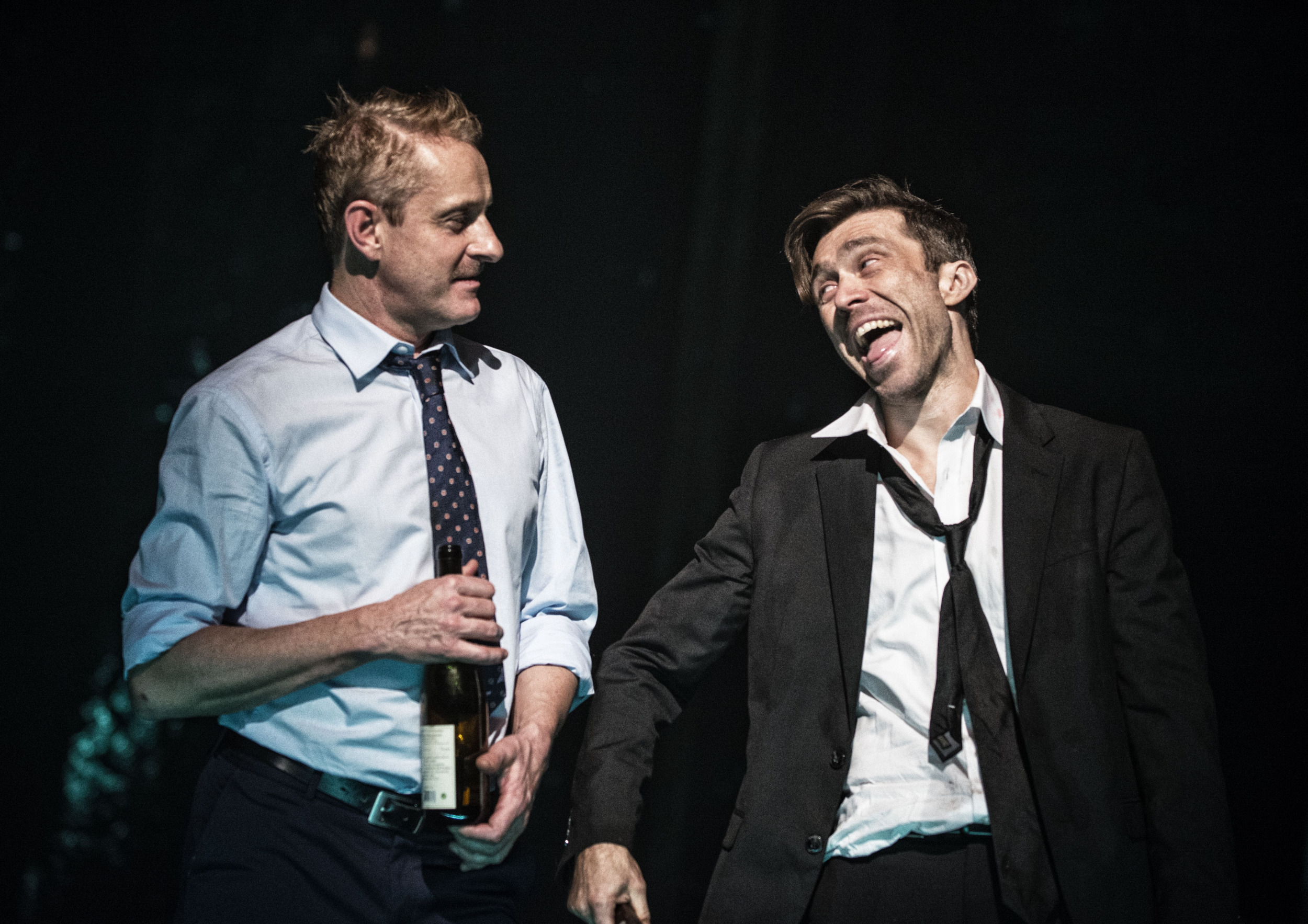 Fotografia ze spektaklu K. na której znajduję się dwóch aktorów.