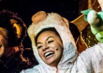 Pięciu aktorów stojących w różnych pozach, przebranych w śmieszne kostiumy trzymające w ręce pluszowe penisy. Na zdjęciu Piotr Dąbrowski, Sylwia Achu, Kornelia Trawkowska, Elżbieta Węgrzyn,Mateusz Wiśniewski