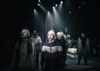 Aktorzy na tle Poznański Krzyży w obecności publiczności. Zdjęcie zbiorowe