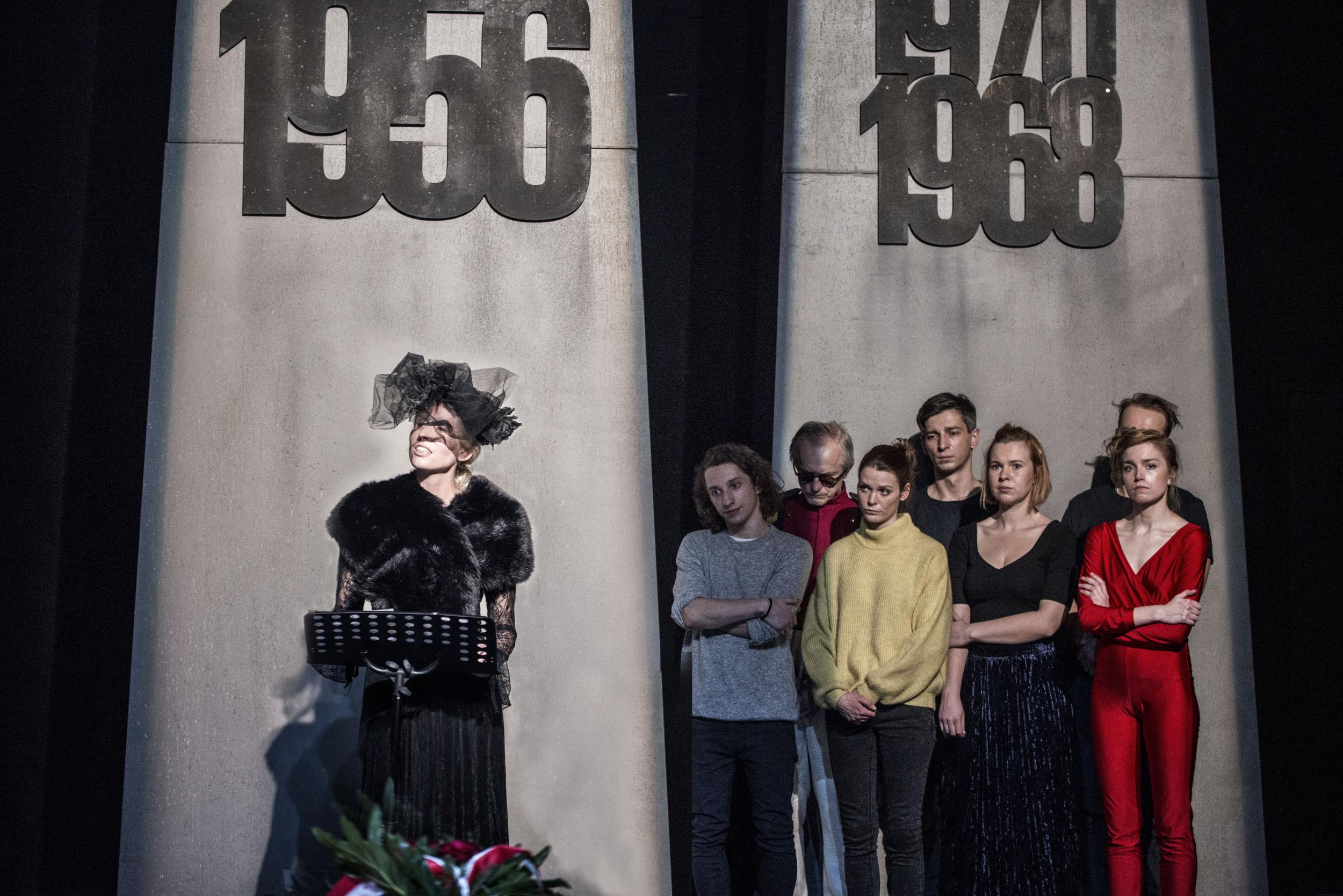 Fotografia ze spektaklu Kordian w scenie grupowej.