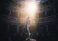 Nagi aktor stojący tyłem do fotografa a przodem do publiczności
