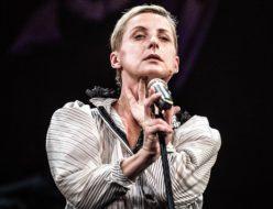 Aktorka stojąca na scenie przy mikrofonie