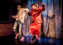 Fotografia ze spektaklu EXTRAVAGANZA O WŁADZY przedstawiająca tańczących aktorów gościnnych - Bartosza Dopytalskiego oraz Elżbietę Węgrzyn