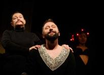 Fotografia ze spektaklu EXTRAVAGANZA O WŁADZY przedstawiająca aktorkę gościnną Elżbietę Węgrzyn, aktorkę gościnną Sylwię Achu oraz Jakuba Papugę w kostiumach