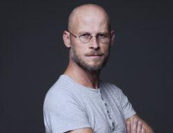 Portret aktora gościnnego Teatru Polskiego w Poznaniu, Marcina Ryl Krystianowskiego