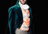 Zdjęcie portretowe mężczyzny w epokowym stroju.