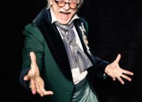 Zdjęcie portretowe mężczyzny w epokowym stroju stojącego w otwartej postawie