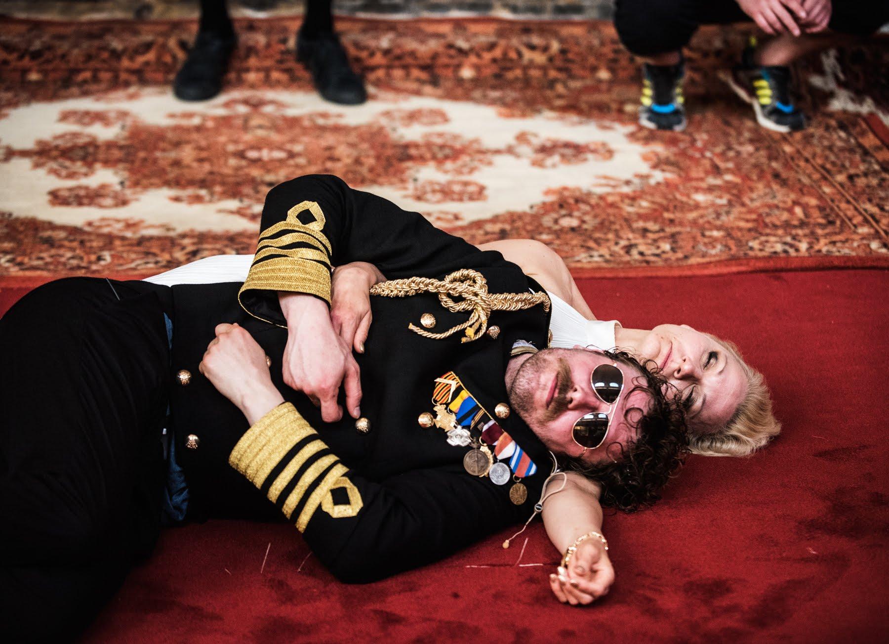 Aktor i aktorka leżący na czerwonym dywanie