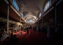 Zdjęcie publiczności, aktorów oraz orkiestry w przestrzeni Starej Rzeźni