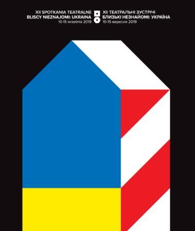 GRAFIKA XII SPOTKAŃ TEATRALNYCH BLISCY NIEZNAJOMI: UKRAINA. STYLIZOWANA BUDKA STRAŻNICZA W KOLORACH FLAGI POLSKIEJ I UKRAIŃSKIEJ (BIAŁO-CZERWONA I NIEBIESKO-ŻÓŁTA). NA CZARNYM TLE BIAŁE NAPISY XII SPOTKANIA TEATRALNE BLISCY NIEZNAJOMI: UKRAINA 10-15 WRZEŚNIA 2019 W JĘZYKU POLSKIM I UKRAIŃSKIM.