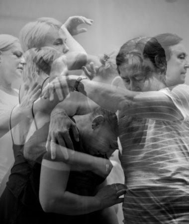 Biało- czarne zdjęcie gdzie postacie czterech aktorek nakładają się na siebie. Na zdjęciu Teresa Kwiatkowska, Ewa Szumska, Barbara Krasińska oraz Małgorzata Peczyńska