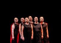 Sześć aktorek stojacych na ciemnym tle, nad ich głowami zawieszona postać astronauty. Na zdjęciu od lewej Teresa Kwiatkowska, Ewa Szumska, Barbara Krasińska, Kornelia Trawkowska, Małgorzata Peczyńka oraz Alona Szostak