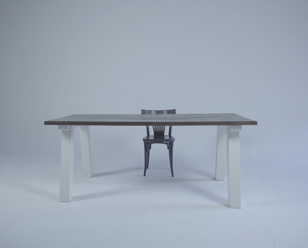 Stół i krzesło na białym tle