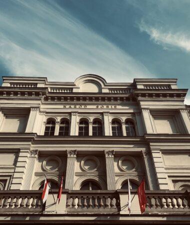 Zdjęcie fasady Teatru Polskiego w Poznaniu.