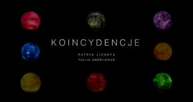 """Biały napis """"Koincydencje. Patryk Lichota Yuliia Andriichuk"""""""" na czarnym tle. Wokół napisu sześć kolorowych kul."""